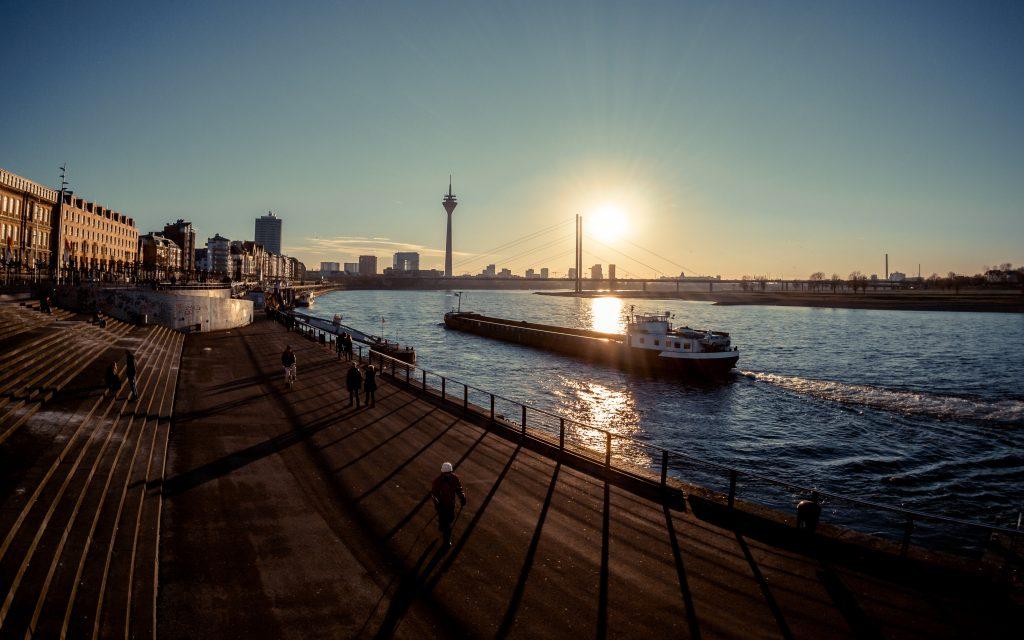 Sonnenuntergang am Rheinufer in Düsseldorf Cityfreizeit