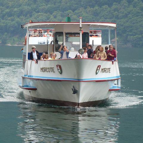 Schiff fährt nach Kaiserswerth